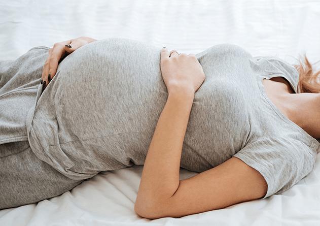 هل النوم على الظهر مضر بالحامل في الشهور الأولى
